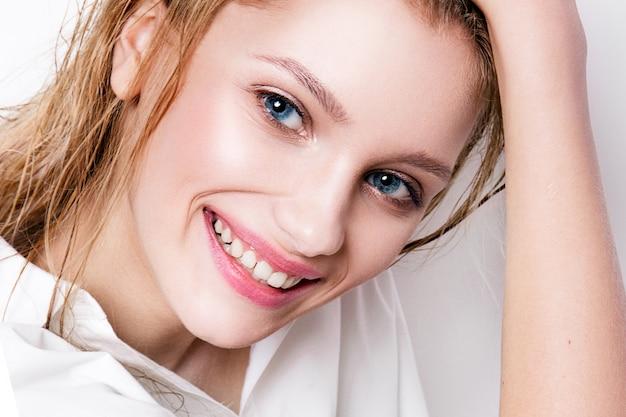 美容女性。美しい若い女性。白い背景で隔離の肖像画。健康管理。完璧な肌。