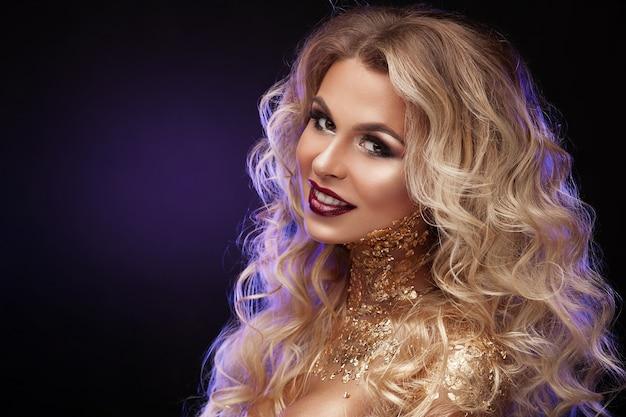 Красавица, светлые волосы, профессиональный макияж, золотой цвет.