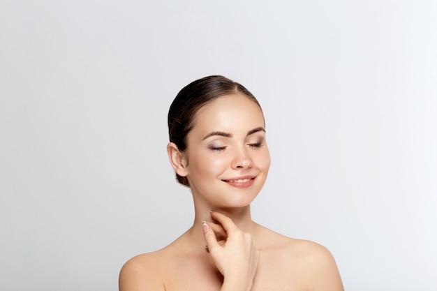 뷰티 우먼 화장품. 여성 완벽한 깨끗한 피부의 초상화입니다. 건강한 피부 관리. 페이셜 트리트먼트. 미용, 미용 및 스파