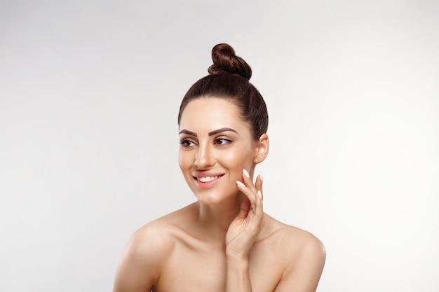 ビューティーウーマンコスメティックス。女性の完璧なきれいな肌の肖像画。健康な肌をケアします。美顔術。美容