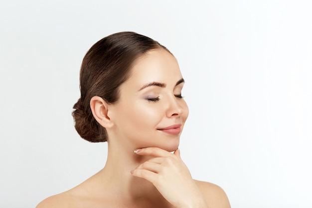 뷰티 우먼 화장품. 여성 완벽한 깨끗한 피부의 초상화입니다.