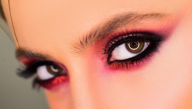아름다움 여자 눈. 완벽한 속눈썹을 가진 예쁜 여자. 눈에 대한 여성의 아름다움 얼굴 개념. 전문 메이크업 아티스트가 스튜디오에서 눈을 그리다
