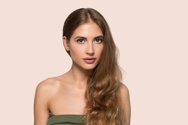 Красота женщины лицо здоровая красивая кожа заделывают женский портрет на цветном фоне. розовый