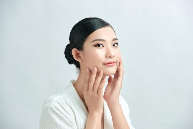 아름다움 여자 얼굴 자연 건강한 아름다움 피부 화장품 개념을 구성