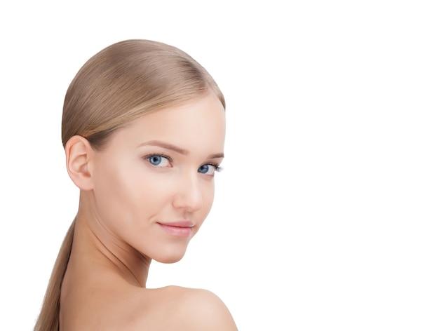 아름다움 여자 얼굴 초상화입니다. 완벽한 신선한 깨끗한 피부를 가진 아름다운 금발 스파 모델 소녀. 흰색 배경에 고립 된 피부 관리 개념