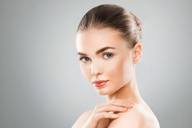 Портрет лица женщины красоты. девушка красивая спа-модель с идеальной свежей чистой кожей. женщина смотрит на камеру. концепция ухода за молодостью и кожей