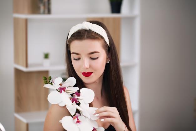 Портрет лица женщины красоты. красивая спа-модель девушки с идеальной свежей чистой кожей. девушка-брюнетка.