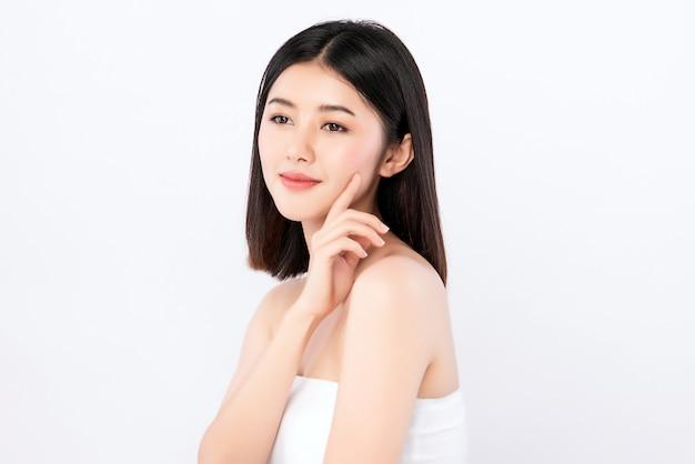 美容女性の顔の肖像画、清潔で新鮮な健康的な皮膚、フェイシャルトリートメントと美しい若いアジア女性。美容、美容、スパ、白い壁に分離されました。