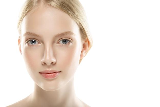 아름다움 여자 얼굴 초상화를 닫습니다. 완벽하고 신선한 깨끗한 피부를 가진 아름다운 모델 소녀. 스튜디오 촬영.