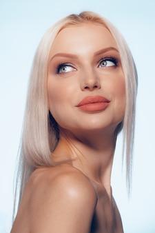 自然の美しさの女性の顔の肖像画をクローズアップ