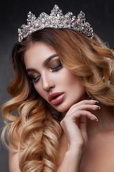 美しいメイクカラーの美女顔。女王のイメージ。黒髪、頭頂部、透明感のある肌、美しい顔、ふっくらとした唇。