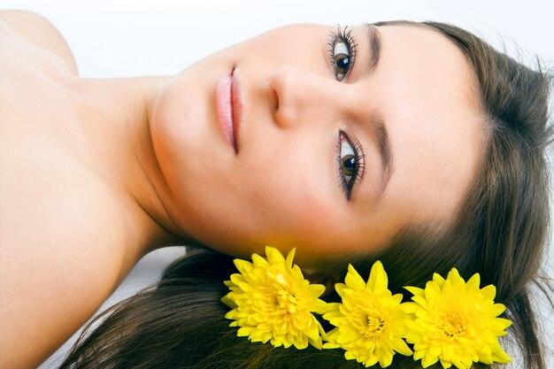 Лицо женщины красоты с желтыми цветами