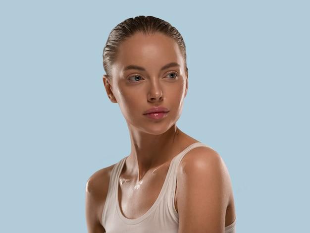 美容女性健康肌ナチュラルメイクきれいな新鮮な肌化粧品コンセプトカラー背景青