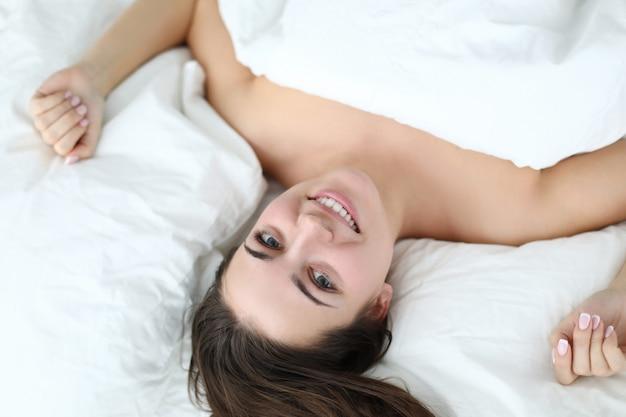 Женщина красотки кровати