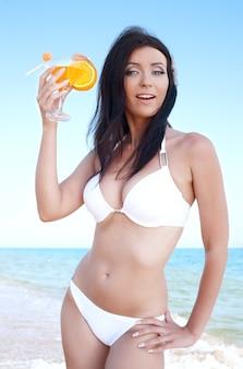 Красота женщины в бикини на морском пляже
