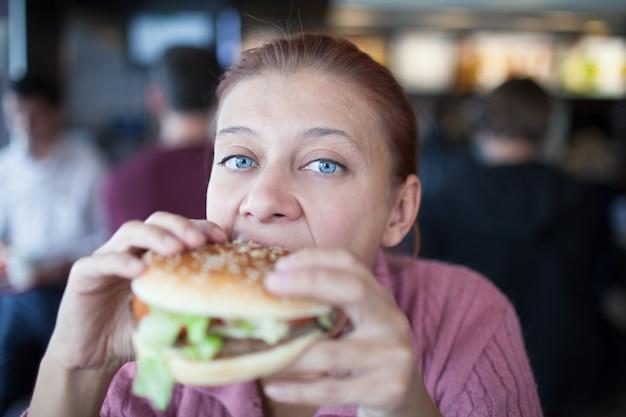 햄버거를 먹는 카페에서 뷰티 우먼