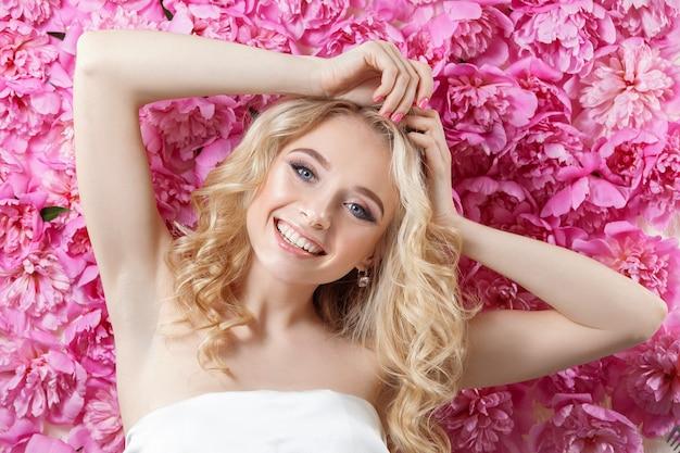 꽃 벽에 아름다움 여자입니다.