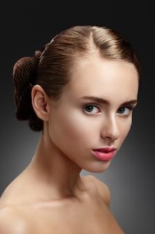 美容女性。探している美しい若い女性の肖像画