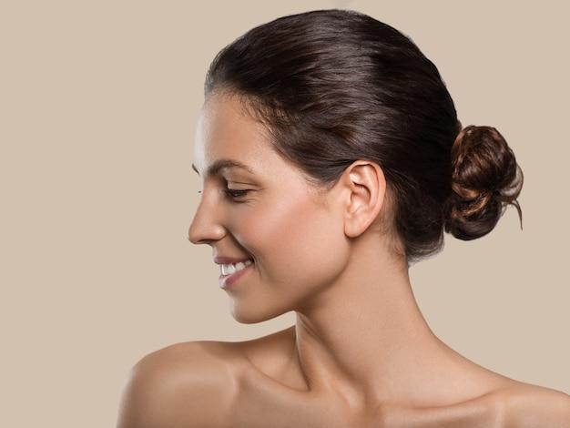 아름다움 여자 프로필 건강 한 깨끗 한 피부 행복 한 치아 미소. 색상 배경입니다. 갈색