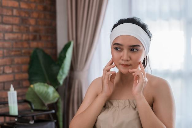 美容女性の自宅での自己治療