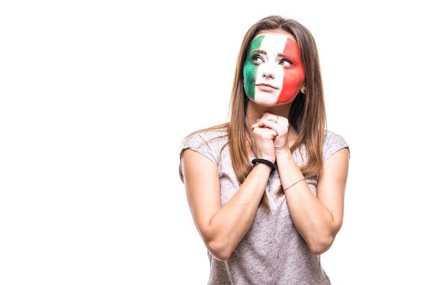 旗の顔を描いたメキシコ代表の美容女性サポーターファンは、カメラに不幸な悲しい欲求不満の感情を取得します。ファンの感情。