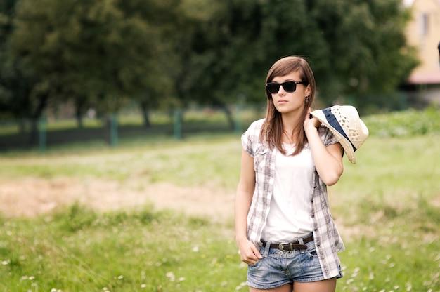 풀밭을 산책하는 뷰티 우먼