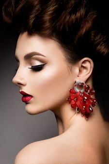 Красота женщины с голубыми глазами и красными губами.