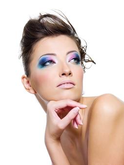 Красавица с гламурным макияжем и креативной прической