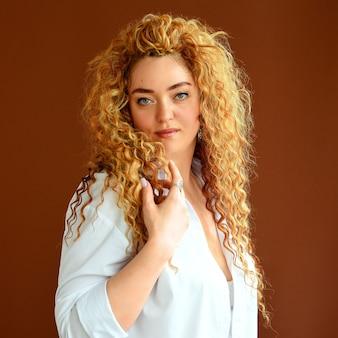 ゴージャスな髪の美しさの女性ヨーロッパの女性完璧な巻き毛 Premium写真