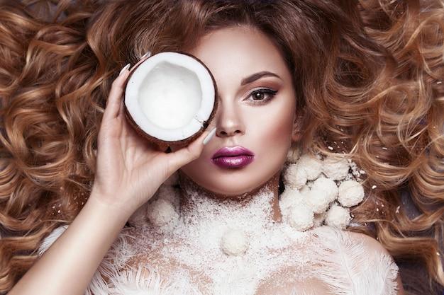 Женщина красоты в образе кокоса.