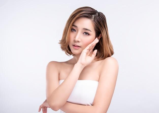 아름다움 완벽 한 얼굴 피부를 가진 젊은 아시아 여자. 광고 트리트먼트 스파 및 미용을위한 제스처.