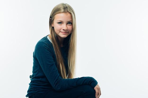 10代の長い髪の美しさの若い女性