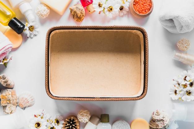 Концепция beautycare с пустой корзиной