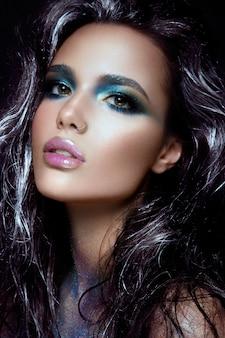 그녀의 얼굴에 파란색 반짝이 beautyful 소녀