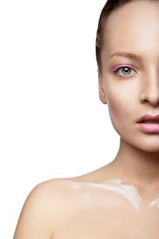 Красивая женщина с творческим макияжем и белой краской на изолированном теле
