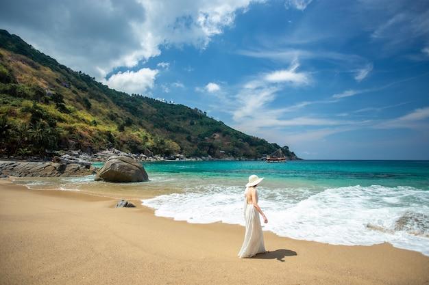Красивые женщины, наслаждаясь на пляже.