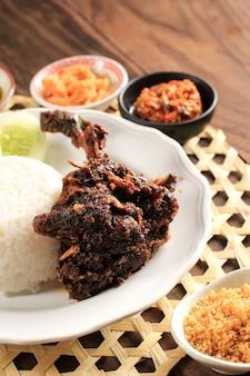 Bebek goreng、インドネシアの伝統的な揚げ鴨メニュー。人気のメニューは東ジャワのマドゥラから来ました。通常、生野菜とスパイシーなサンバルを添えて。