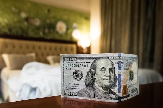 Кровать и деньги символизируют цену секса. платная любовь проститутке. оплата услуг проституток. совет для персонала. 100 долларов на кровать. денежная благодарность
