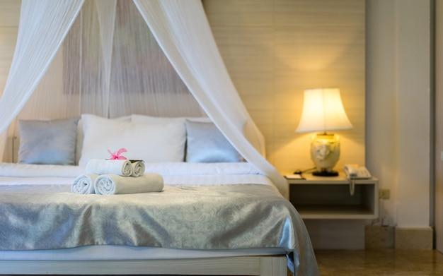 モダンなベッドルームと快適な設備のベッドとナイトスタンド