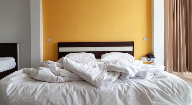 집에서 침대와 침대와 베개 세트.