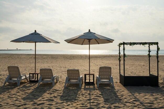 Шезлонги и зонтики на песчаном пляже против моря и солнечного света в чааме, петчабури, таиланд