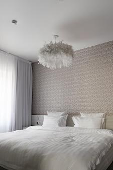 モダンなベッドルームホテルのベッド、清潔な枕、ベッドシーツ