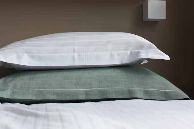 Кровать в гостиничном номере