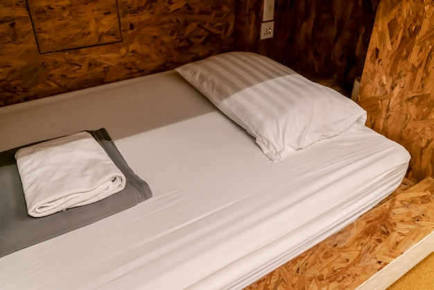 Кровать в современном интерьере в общежитии