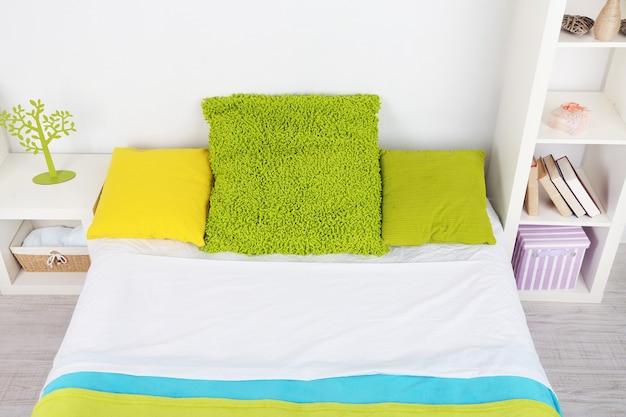 Кровать в номере крупным планом