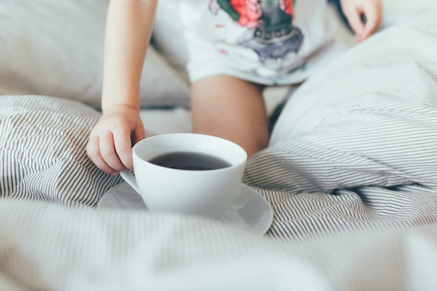 Уборка номера с чистыми подушками и простынями в номере. утренний завтрак с чаем. малыш хол