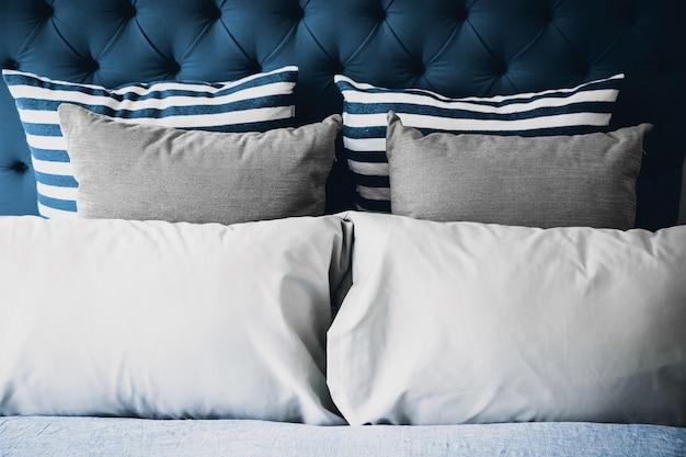 Постельное бельё с чистыми белыми подушками и простынями в комнате красоты.
