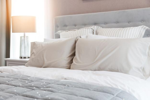 Постельное бельё с чистыми белыми подушками и простынями в комнате красоты