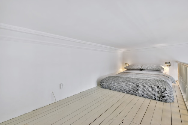 Кровать на полу под потолком