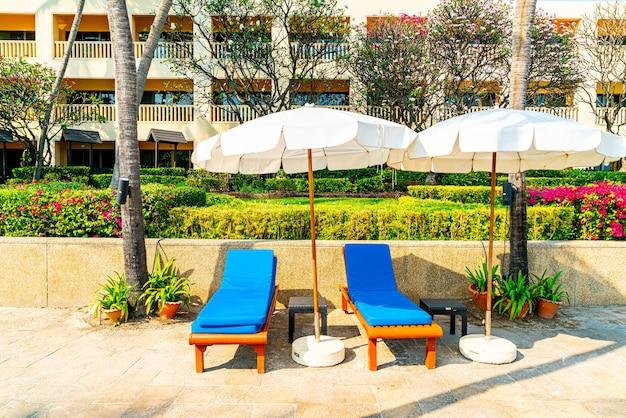 ホテルリゾートのプールの周りのベッドプールと傘